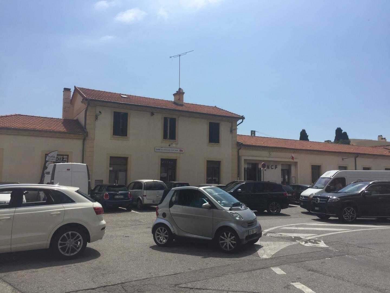 Aujourd'hui, la gare de Beaulieu, c'est aussi ce parvis encombré où la circulation est difficile.