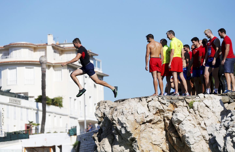 Les rugbymen du Stade niçois se confrontent lors d'un exercice de secours en mer, hier à Magnan. Photos Dylan Meiffret