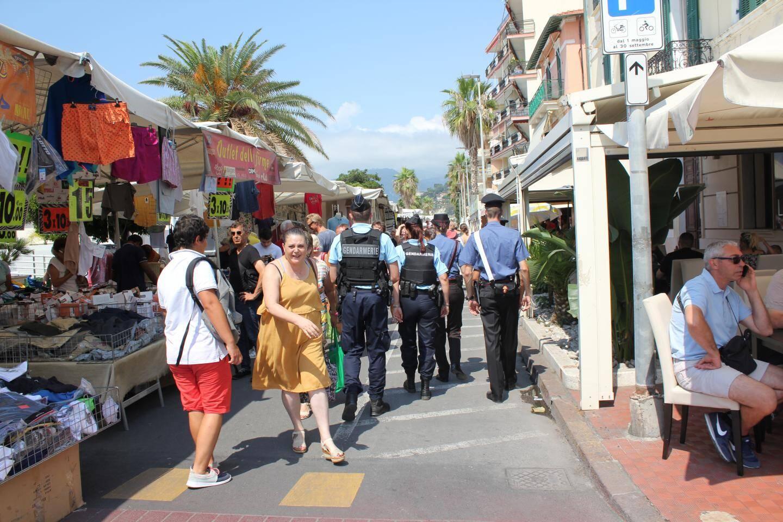 De nombreux Français ont été surpris de voir des gendarmes à Vintimille (Italie).