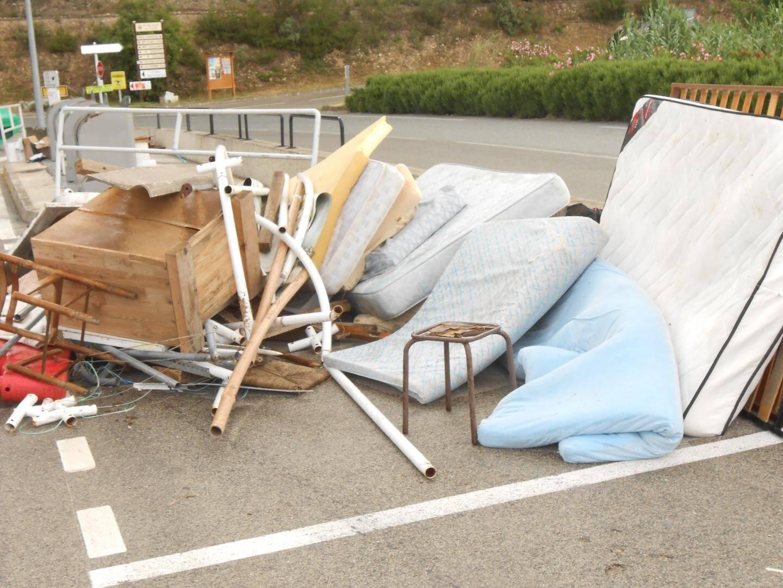 Couvertures, bouteilles, vêtements… Les dépôts sauvages ne sont pas rares dans les rues.(DR)