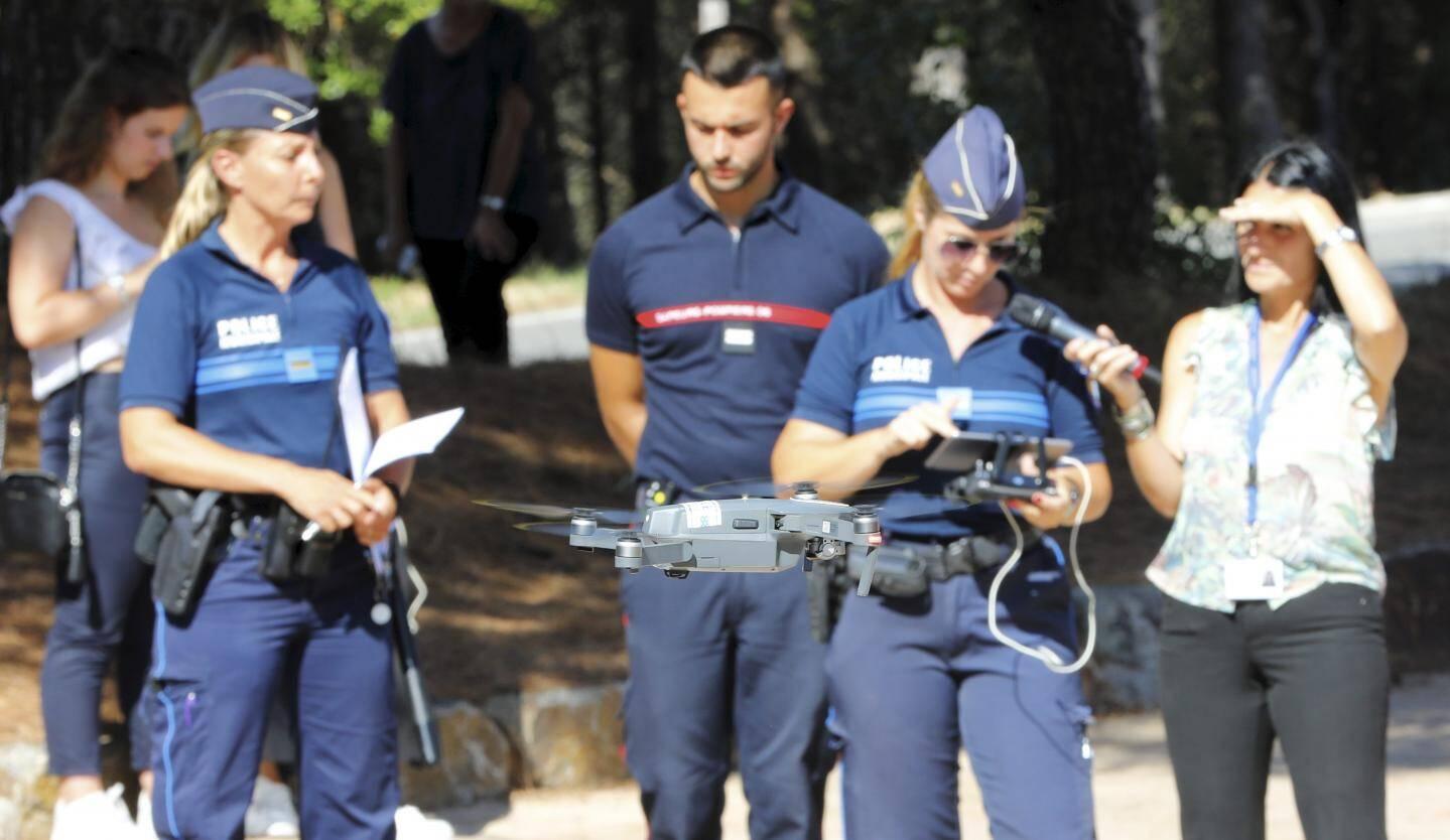 Ci-dessus, démonstration avec la brigadier-chef Audrey Labrousse, spécialement formée pour piloter l'engin.