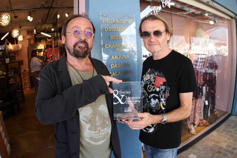 Hervé et Yves montrent leur trophée décerné récemment.