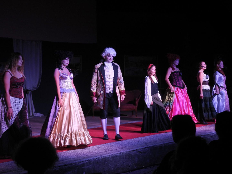 Paysannes, reines de la cour et gens du peuple ont entouré le comte durant le spectacle.