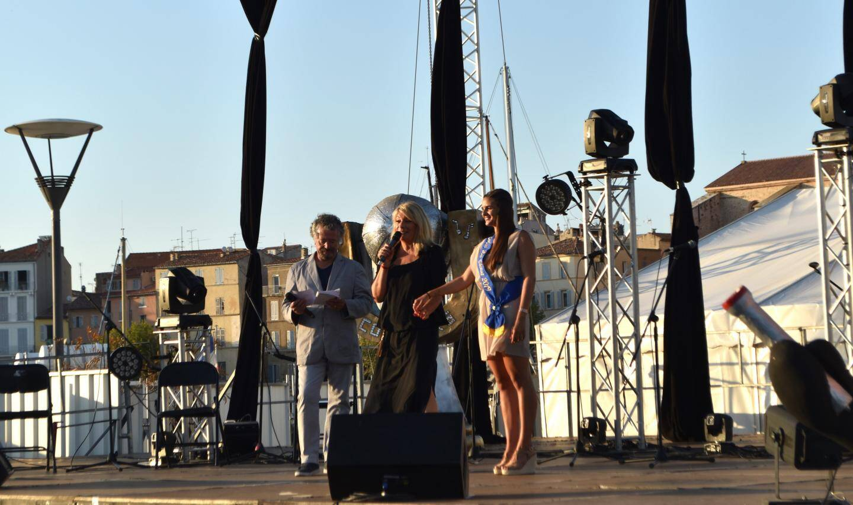 L'élue Nathalie Lainé aux côtés de Miss La Ciotat et du présentateur Yves Julien a remercié l'ensemble des partenaires.