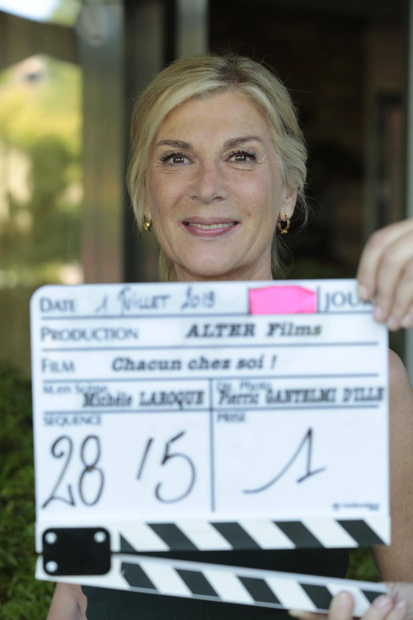 Michèle Laroque avec une partie de son équipe : derniers conseils et encore trois semaines de tournage  à Paris et sa banlieue. La sortie de « Chacun pour soi » est prévue pour le 22 avril 2020.