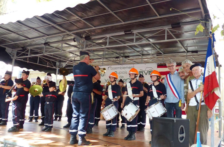 La fanfare des sapeurs-pompiers de Brignoles a aussi mis l'ambiance. A droite Antoine Faure le maire, Marcel Lions et Claude Bruna des Ravans, et Paul Gros, porte-drapeau.