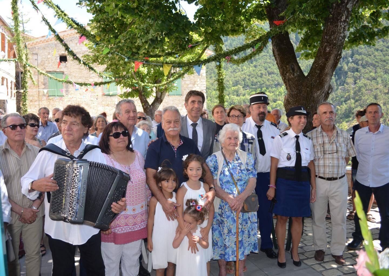 Le maire, Jean-Marie Aubert, entouré des élus, de la doyenne Philomène Cagnol surnommée « Nina » et de l'accordéoniste Alex Perdigon.