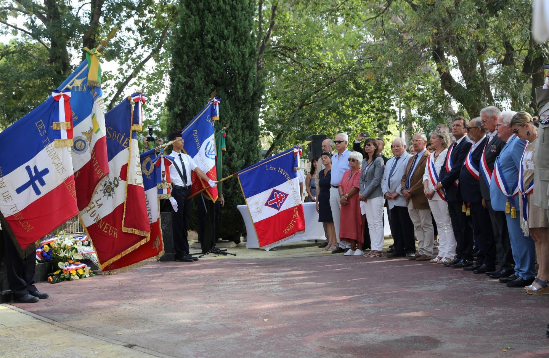 Les autorités civiles, militaires et les représentants des associations patriotiques durant l'hommage rendu aux soldats de la & ère DFL devant le Mémorial du Golf Hôtel.
