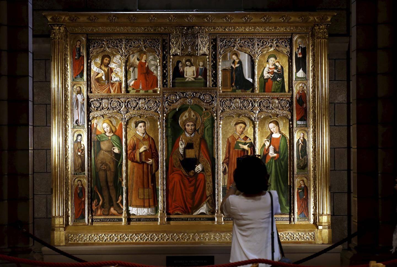 Trois retables sont visibles dans la cathédrale, dont deux de Louis Bréa un peintre niçois du XVIe siècle. Ici, celui de Saint-Nicolas.