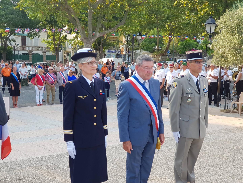 Le Lt-Colonel Brigitte Labatut-Chabaud, le maire Robert Bénéventi, le Lt-colonel Laurent Vaccaro, devant le monument aux morts d'Ollioules