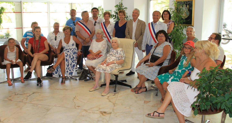 Hélène Pericouche (assise au centre) et sa famille ont été reçues en mairie pour honorer son 100e anniversaire.