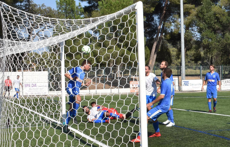 Deux buts pour le capitaine Cédric Barale (en blanc, à terre) qui permettent de passer ce premier tour.