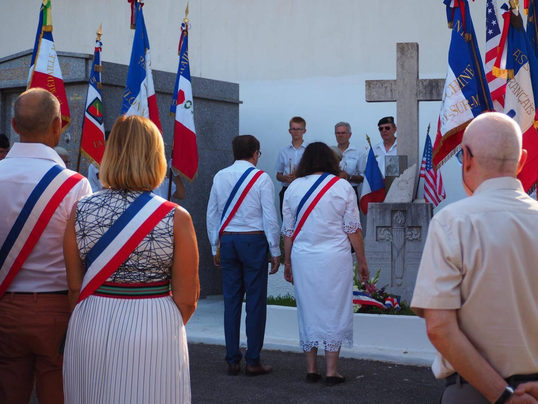 Recueillement sur la stèle du pilote américain, major Franklin Louis Robinson, venu libérer la France et la Provence le 16 août 1944.