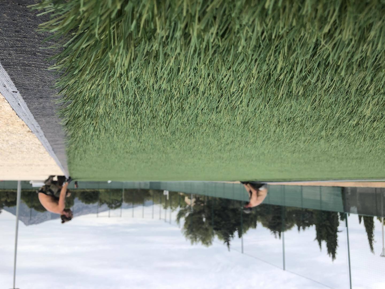 Depuis jeudi dernier, la nouvelle pelouse synthétique est en cours d'installation sur le stade de foot. Le city-park voisin ne devrait pas tarder à découvrir aussi son nouveau revêtement.