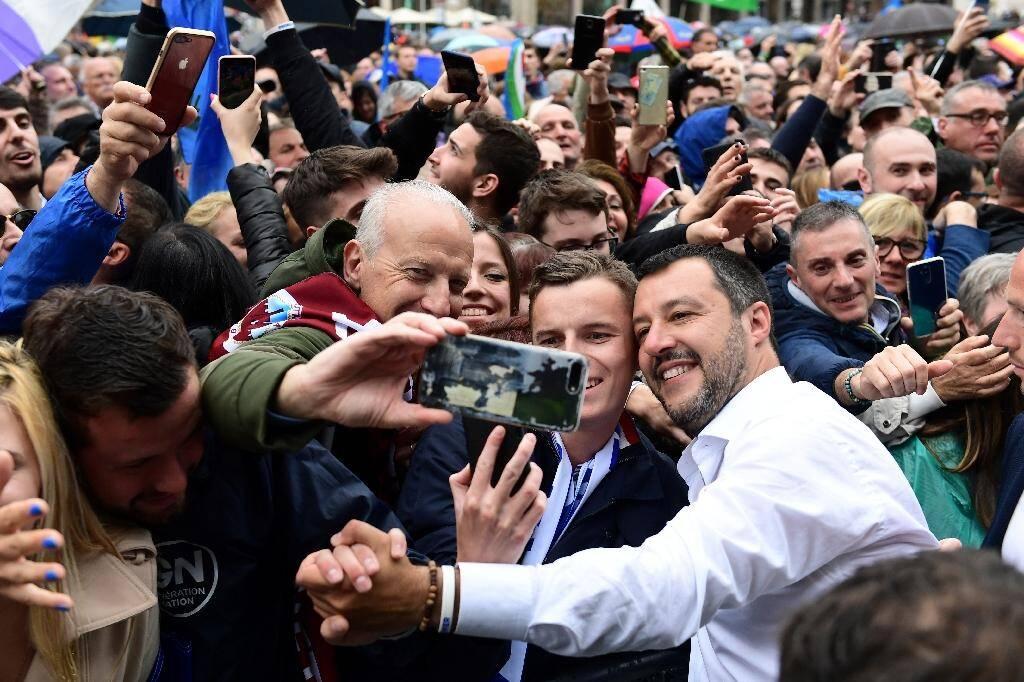 Matteo Salvini (à droite) prend un bain de foule pendant un meeting avant les élections européennes à Milan, le 18 mai 2019