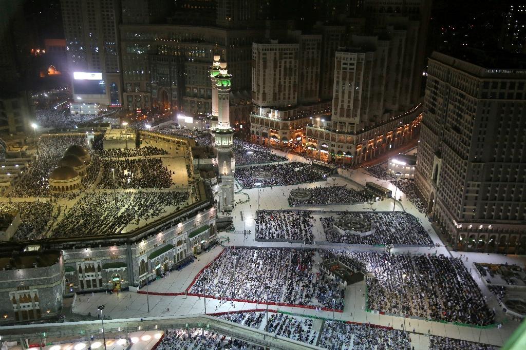 Les pèlerins prient à la Grande mosquée de La Mecque en Arabie saoudite, le 8 août 2019, avant le début du pèlerinage annuel