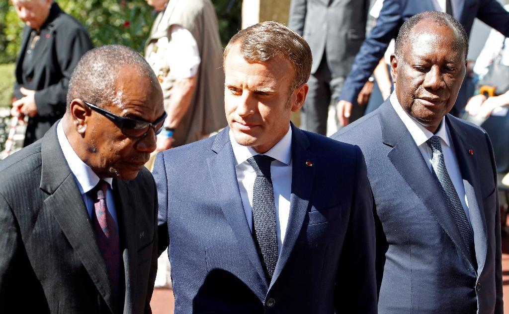 Les présidents guinéen Alpha Condé, français Emmanuel Macron et ivoirien Alassane Ouattara participent le 15 août 2019 aux célébrations du 75e anniversaire du débarquement de Provence à Saint-Raphaël (Var)