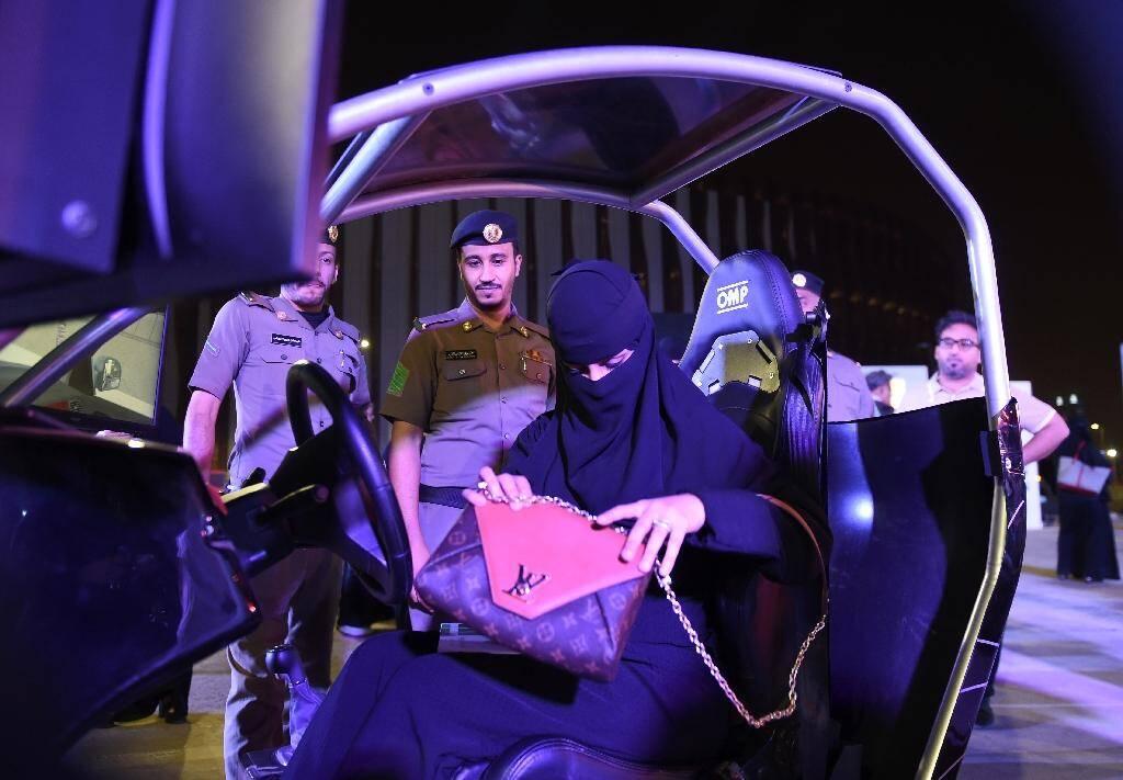 Une Saoudienne prend place à bord d'un simulateur de conduite dans une auto-école de Riyad, le 21 juin 2018