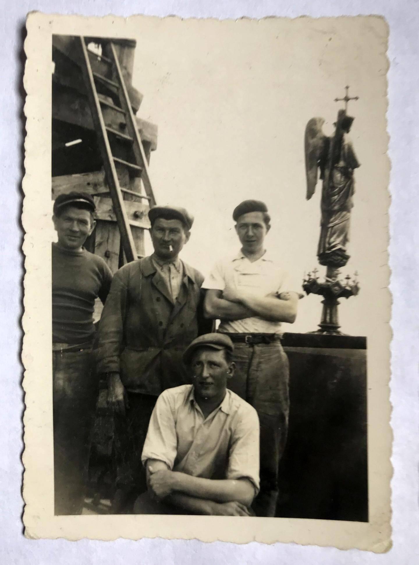Un groupe d'ouvriers sur le toit de Notre-Dame en 1938 : le grand-père de Michel est celui avec la cigarette au bec, et le père, debout avec les bras croisés.