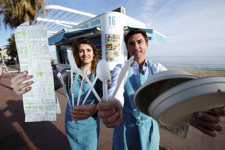 Les kiosquiers cannois se sont engagés à distribuer de la vaisselle 100% écolo en carton, bois ou matière végétale.