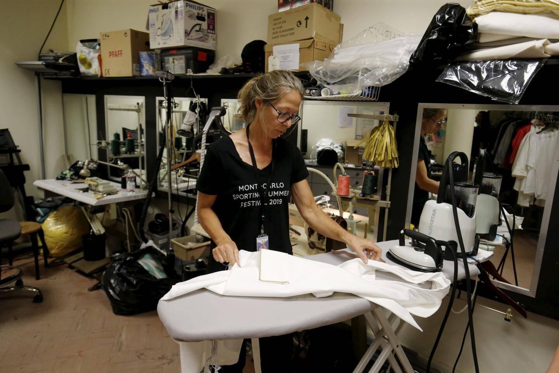 Au total, 45 employés sont présents : la technique, la production, médecins, artistes, costumières…