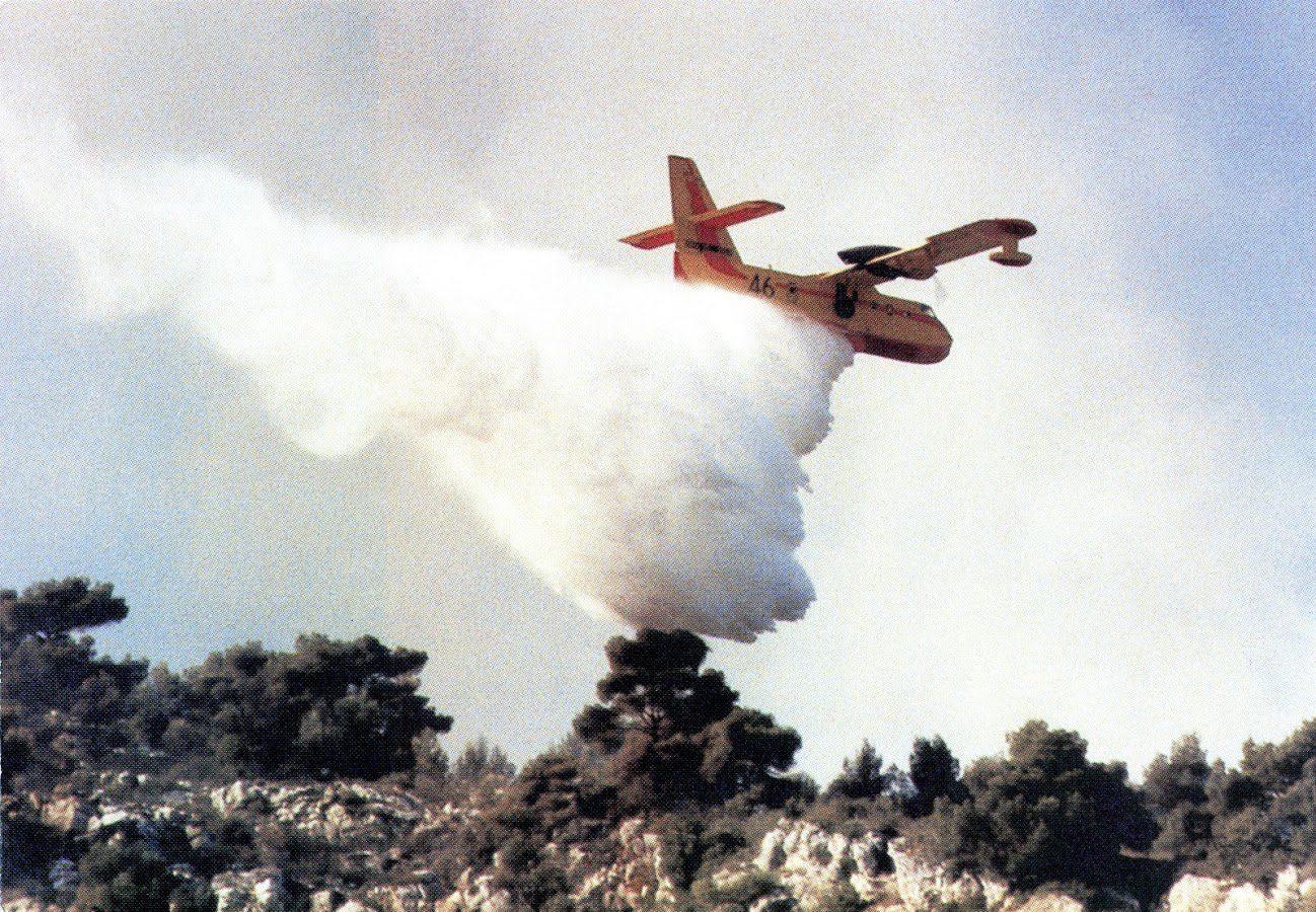 Un Canadair combattant un incendie à La Turbie en octobre 1984.