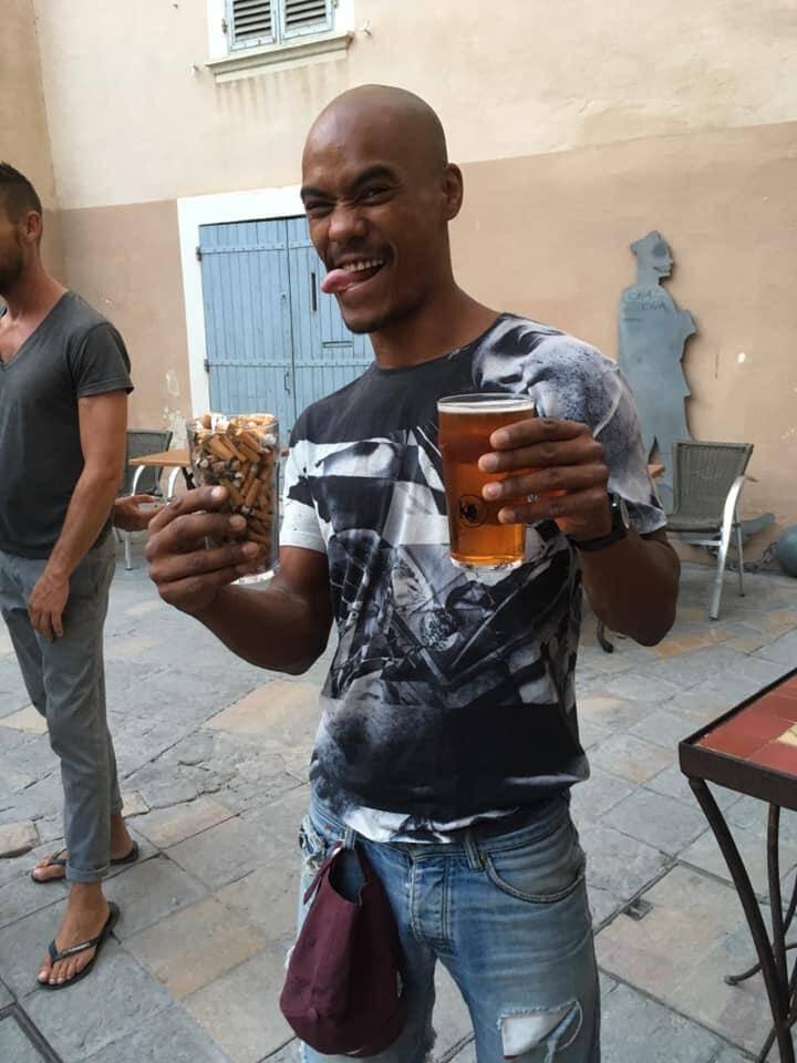 Une pinte remplie de mégots ramassés sur la plage ou dans la rue contre une pinte de bière.