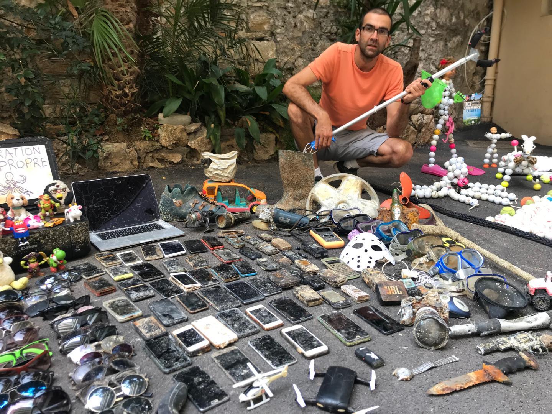 Laurent et sa collection d'objets insolites retrouvés sous l'eau.