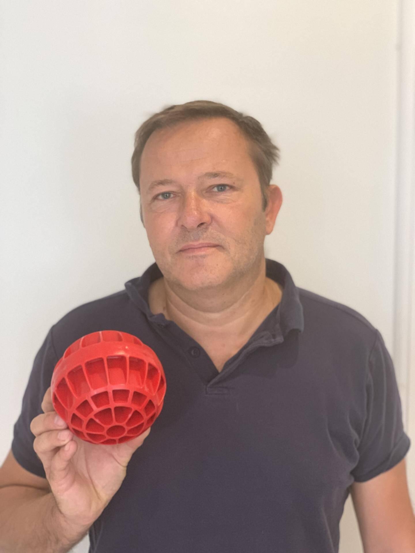 Martial Monteux avec son invention la boule BOULBAC pour lutter contre les inondations.