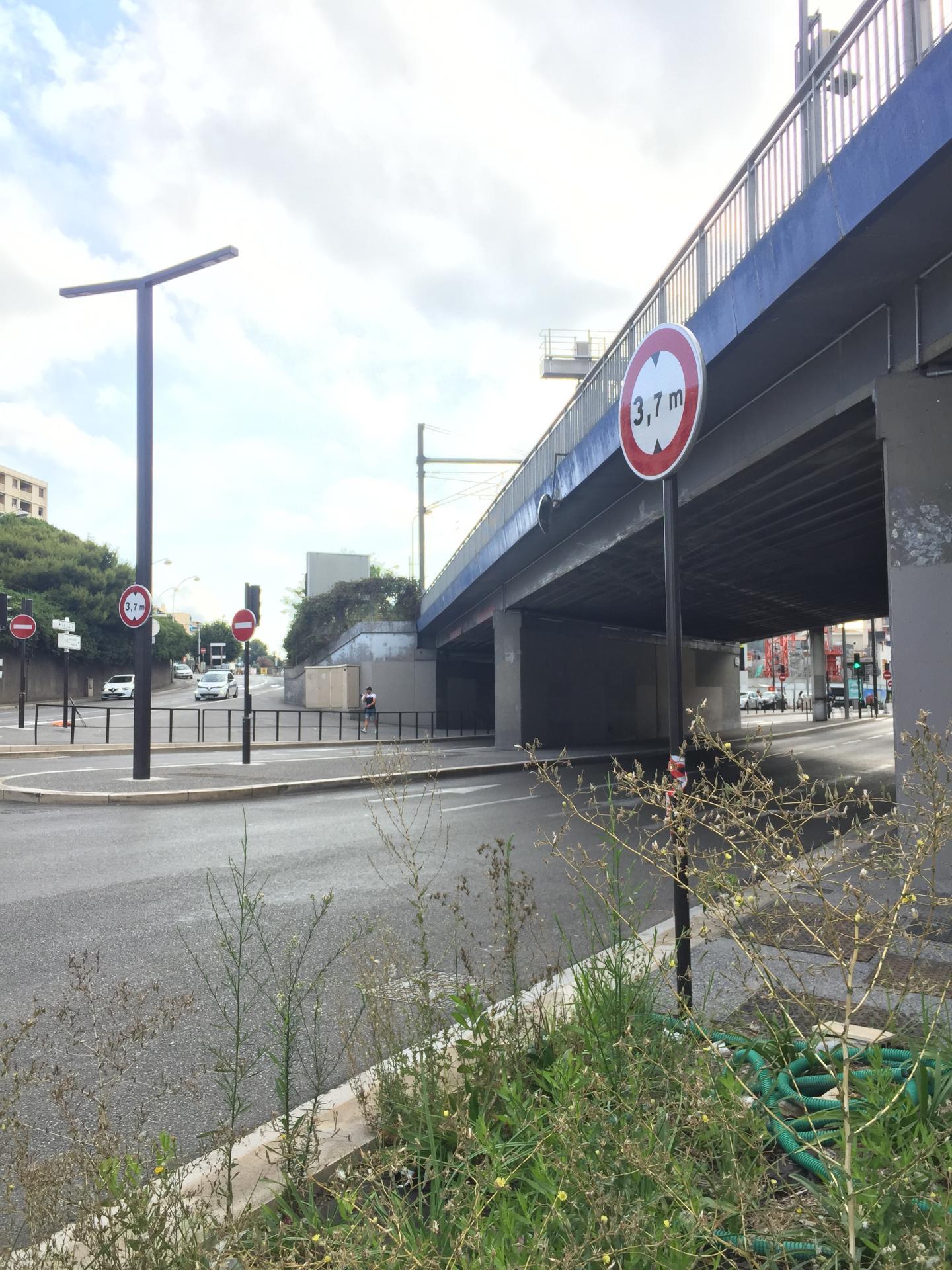 Les panneaux devant le pont en arrivant du MIN