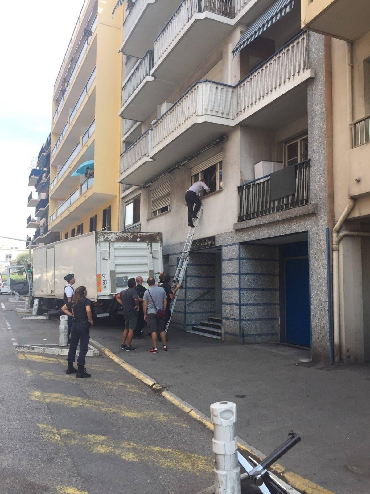 Joseph Ségura, maire de Saint-Laurent-du-Var a grimpé sur l'échelle des pompiers pour convaincre le malheureux de renoncer à son geste.