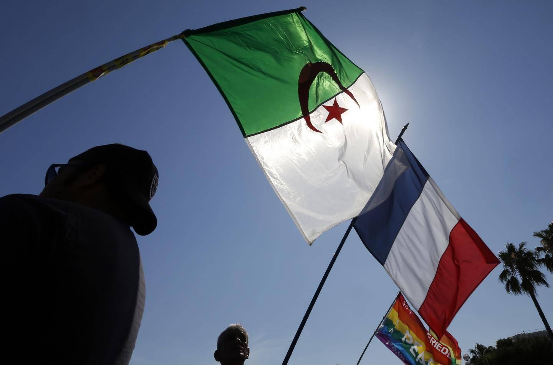 Les drapeaux algériens et français à Nice lors d'une manifestation.