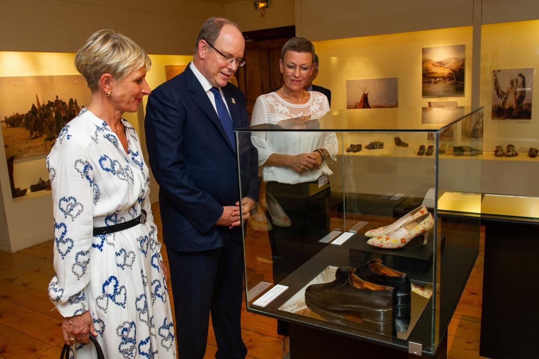 Le souverain a offert au Musée de la chaussure une paire portée lors de ses explorations.