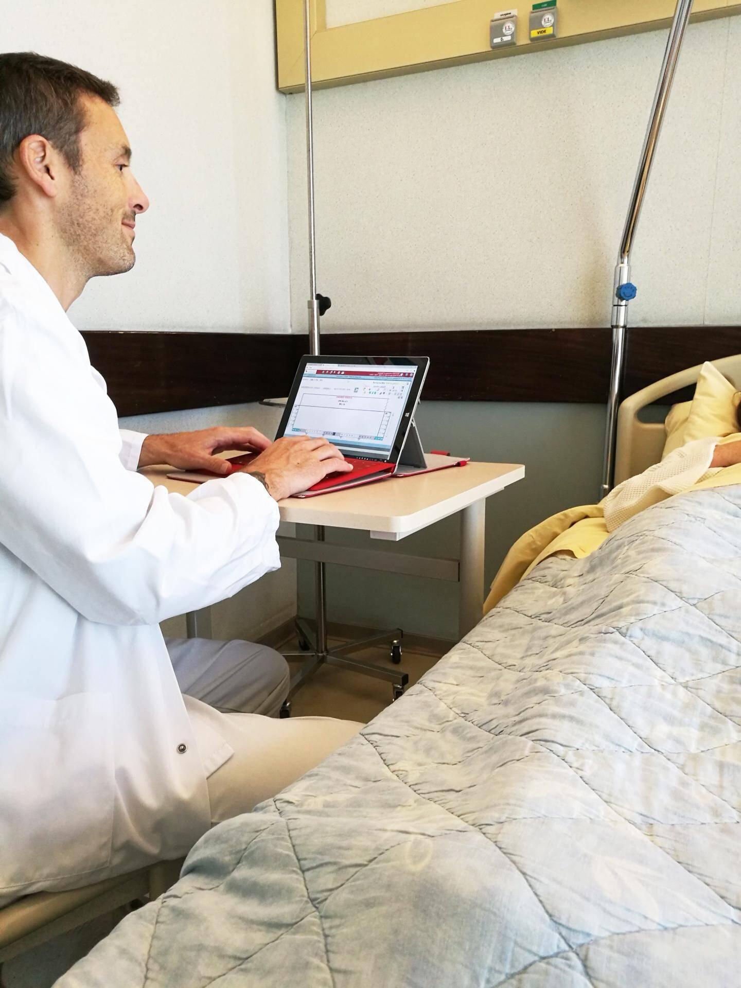 À terme, tous les médecins et infirmiers seront dotés d'une tablette ou d'un smartphone pour saisir les données médicales directement au lit des patients.