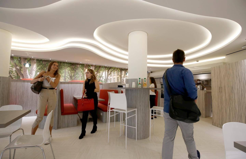 La cafétéria, au rez-de-chaussée, est destinée à être un nouveau lieu de vie de l'établissement.