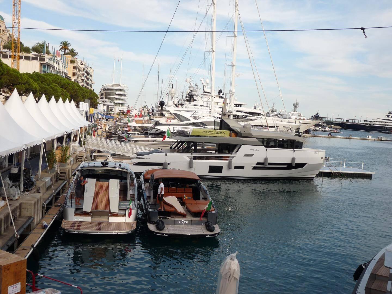 Les yachts arrivent au fur et à mesure sur les quais du port Hercule.