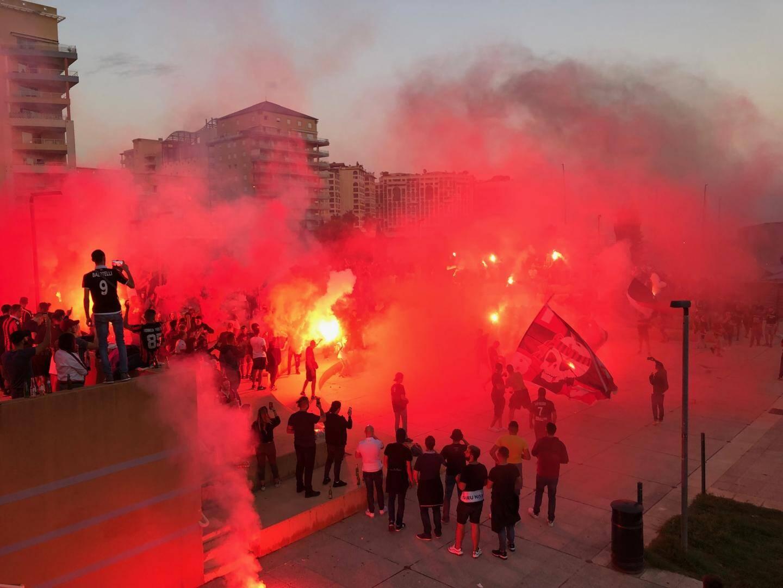 Fumigènes, pétards, tambours, chants sont venus animer l'avant-match des ultras niçois à l'amphithéâtre de la Mer à Cap-d'Ail.