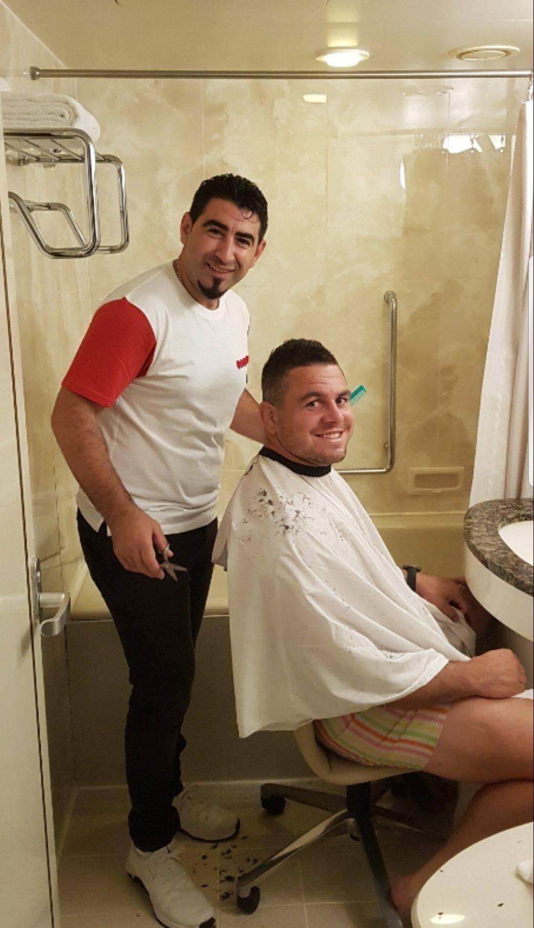 Guilhem Guirado a transformé sa chambre en salon de coiffure pour toute la délégation des Bleus la veille de France - Argentine.