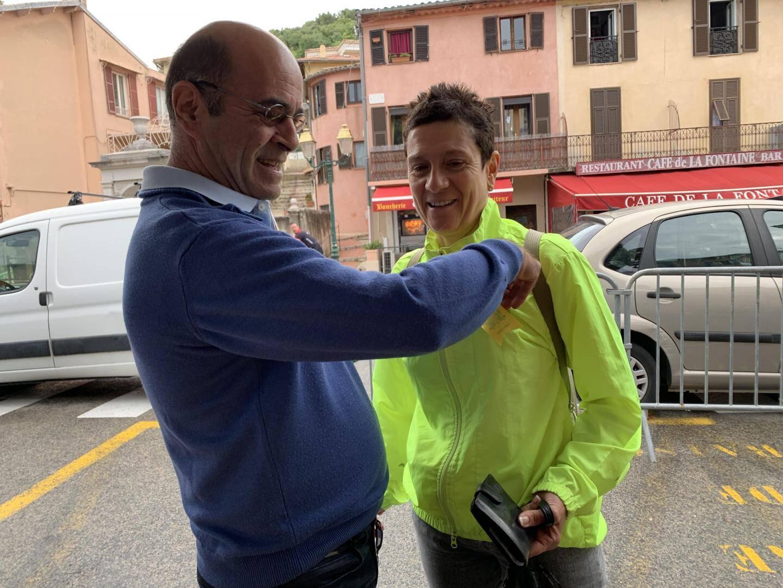 Le président du comité des Fêtes, Jean-Luc Cloupet, accroche une cocarde à une généreuse donatrice lors des aubades.