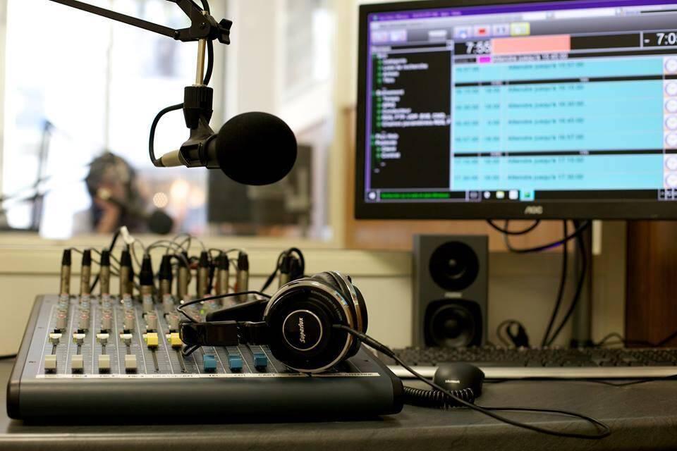 Dans le studio de l'antenne mentonnaise d'Agora.