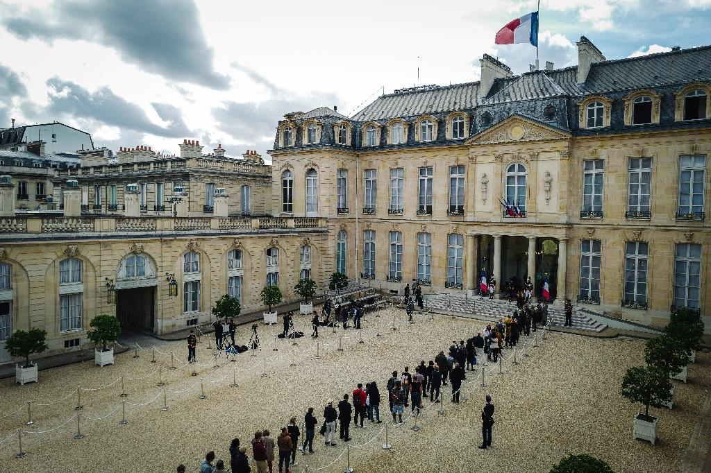 File d'attente pour signer les registres de condoléances installés à l'Elysée après le décès de l'ancien président de la République Jacques Chirac, le 28 septembre 2019 à Paris