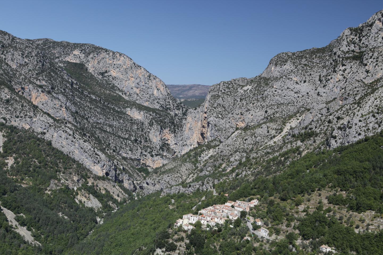 Aiglun est un village accroché au bord du vide à 600 mètres d'altitude.