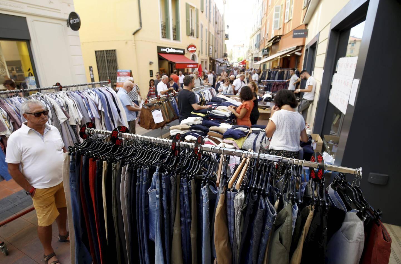 Jusqu'à dimanche, les commerçants de Menton bradent les prix! Sur les étals, des collections d'été mais aussi d'automne et d'hiver et des rabais jusqu'à -70%.