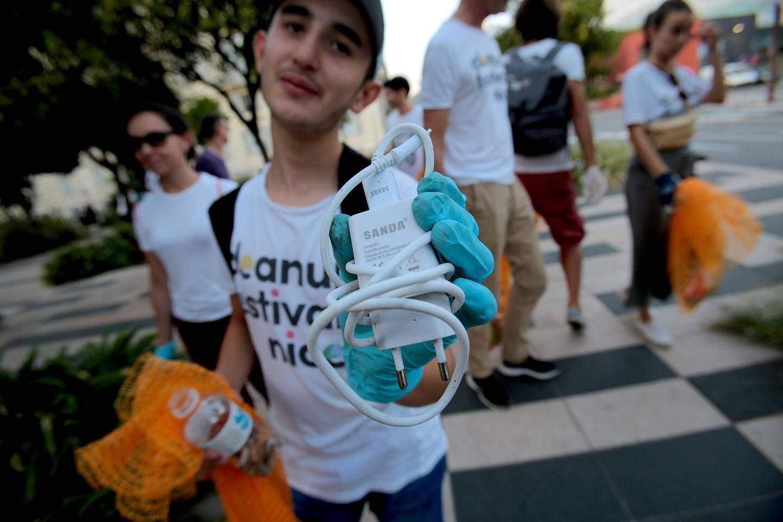 """Luis, 13 ans: """"Ceux qui jettent leurs mégots par terre, peut-être qu'en voyant d'autres personnes les ramasser, éviteront de le faire. Notre planète est en mauvais état, ce serait bien qu'on en prenne un peu plus soin."""""""
