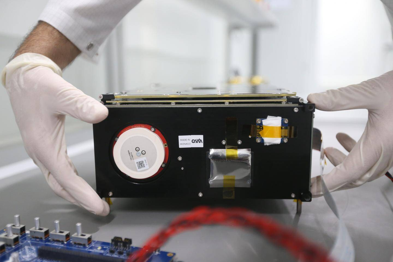 Alexander Erlank s'assure que la carte électronique ne présente aucun défaut; Yann Gouy place les composants du satellite pour les tester à des températures extrêmes; Les pièces sont soigneusement nettoyées au bain à ultrasons.