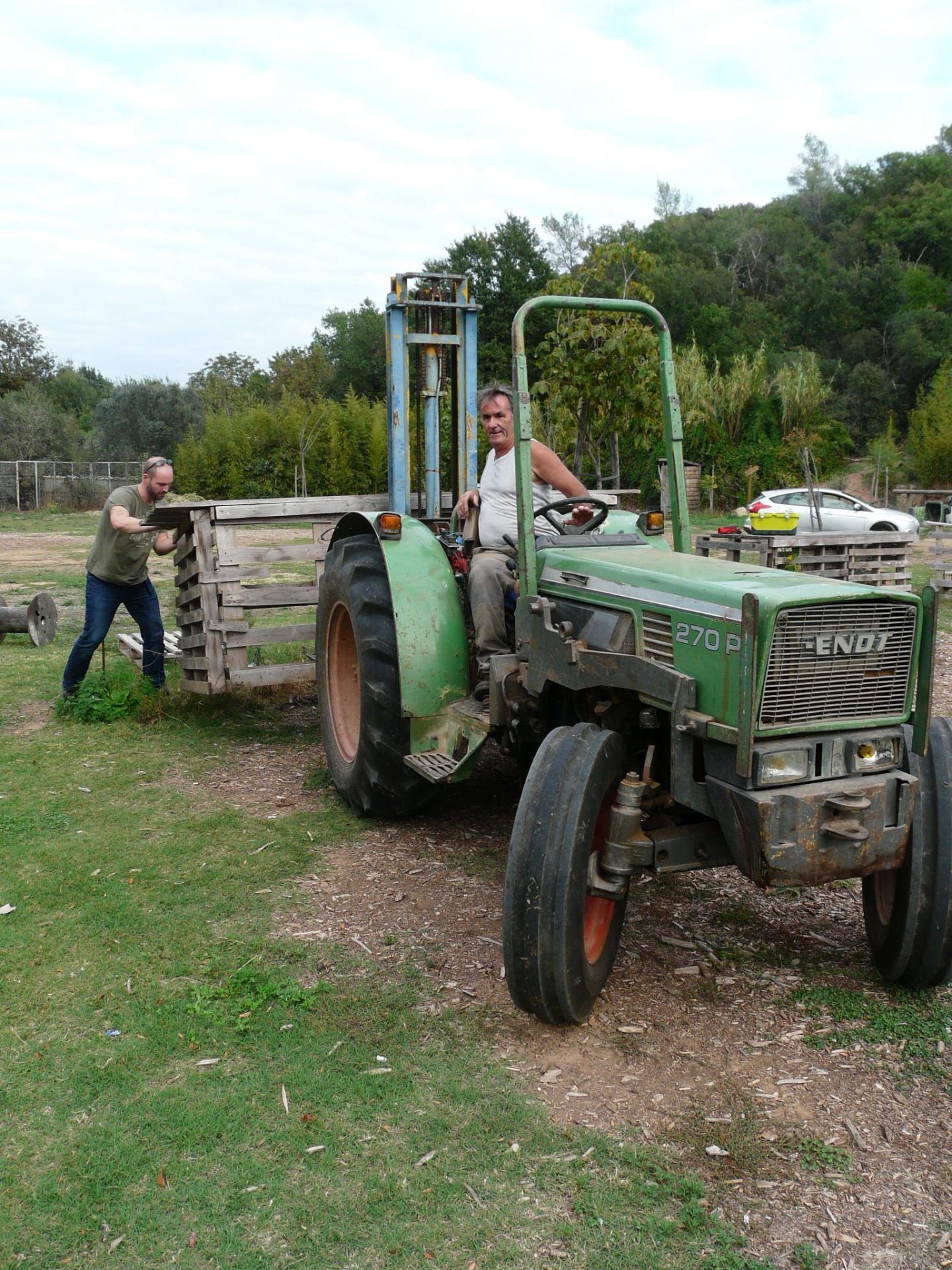 Les bénévoles mettent à disposition leurs bras et leur matériel comme ici un fidèle du marché, Alain Sauvan, agriculteur pierrefeucain venu avec son tracteur.