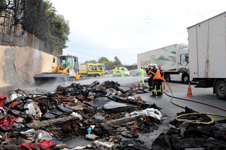 À 12 h 26, les pompiers arrosaient encore les restes fumants du camion.