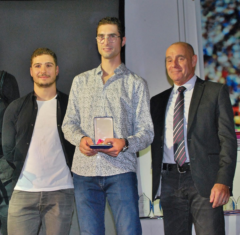 Jean-Baptiste et Robin Quinon ont présenté la médaille de leur père.
