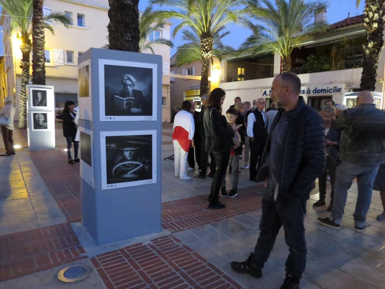 Un millier de portraits sont exposés à travers toute la ville.