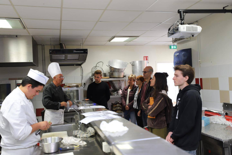 Mme Chantraine (à droite), dans son restaurant, entourée des demandeurs d'emploi et de l'équipe organisatrice du Pôle emploi de Brignoles.